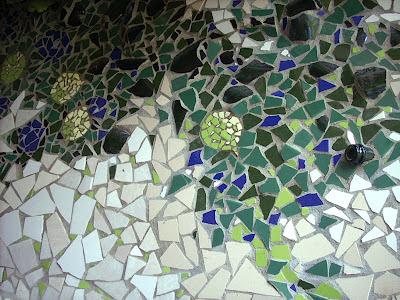 Joan seriny muro del limonero en trencadis mosaicos for Azulejos rotos decoracion