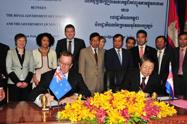 Murray McCully et Sok An signent un mémorandum pour le renforcement des liaisons aériennes entre le Royaume et la Nouvelle-Zélande.