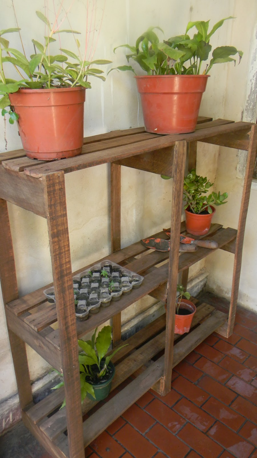 Muebles reciclados casagrande estanter a para plantas de for Estanteria jardin plantas