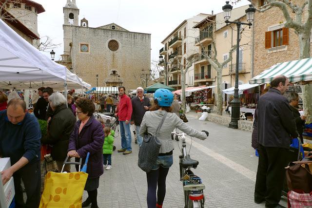En bicicleta por Mallorca entregando currículum