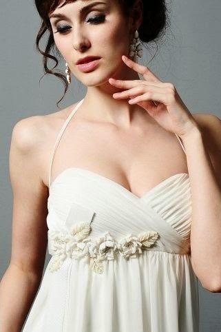Vestido de Novia Tipo Imperio, Cuello Halter, con Flores