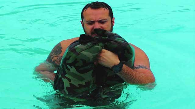 بالفيديو.. أمريكي يشرح طريقة لإستعمال البنطال كسترة نجاة في حال الغرق