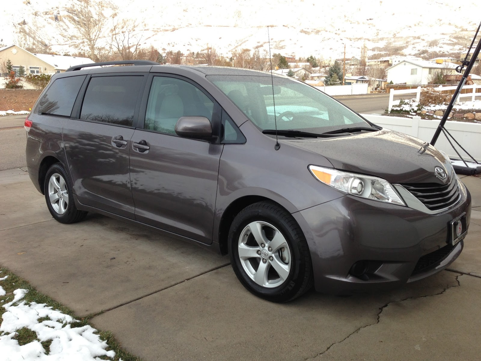 2012 toyota sienna le minivan review the people hauler pages. Black Bedroom Furniture Sets. Home Design Ideas