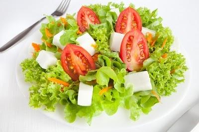 Ensalada con queso fresco tomate y lechuga recetas de for Decoracion de ensaladas