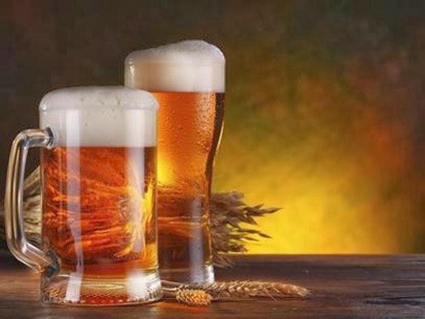 Copos de cerveja e grãos de cevada