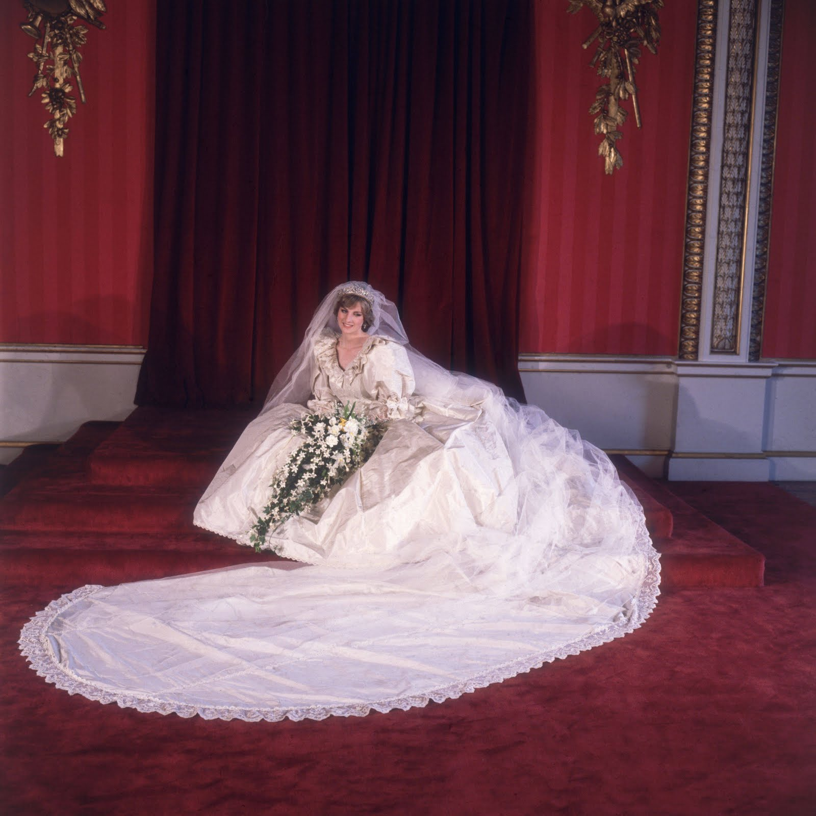 http://4.bp.blogspot.com/-Y8IGD8_bCEc/Tkf0tIwaTuI/AAAAAAAAD4M/_1Ck2TqeUUs/s1600/1981-Princess-Diana-wedding-dress-3239308.jpg