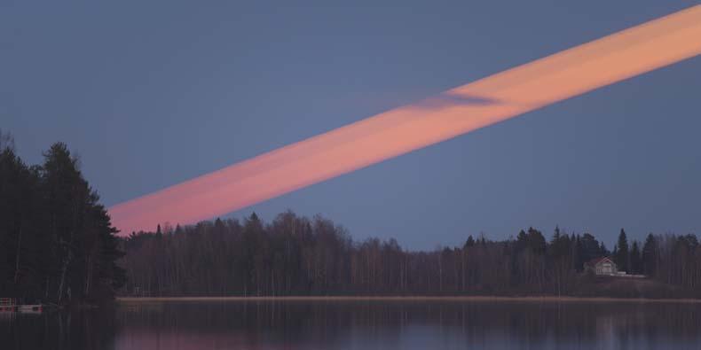 Un fotógrafo captura una exposición de 37 minutos de la Luna cruzando el cielo