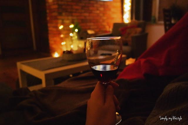 świąteczny klimat z czerwonym winem