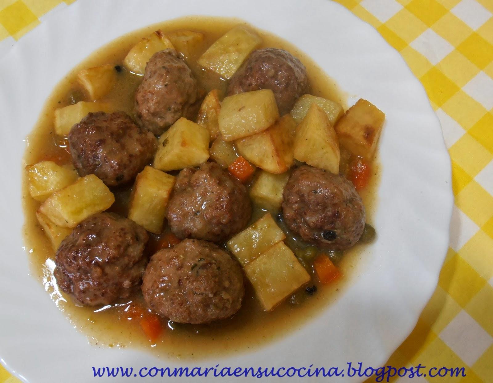Con mar a en su cocina alb ndigas en salsa casera - Albondigas de patata ...