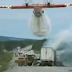 Vídeo.- Avion contra-incendios apaga un accidente de tráfico de una forma espectacular