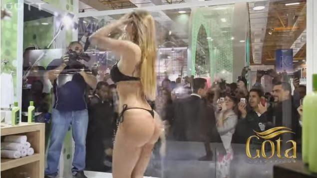 SEXY Jeva y super buena se baño' en publico sin tapujos