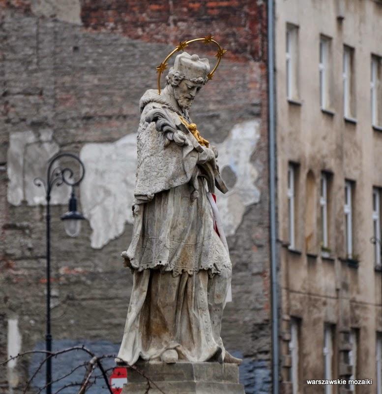 Warszawa Śródmieście Plac Trzech Krzyży rzeźba Nepomuk figura krzyż