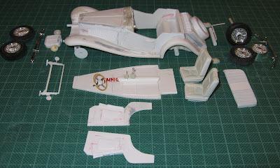 Como num kit de montagem, as diversas partes do conjunto antes de serem afixadas umas nas outras.