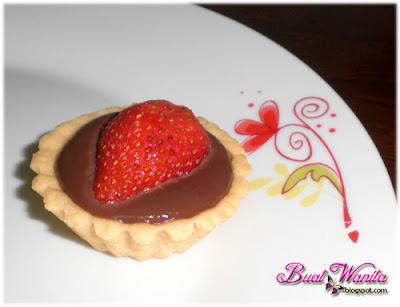 Resepi Tart Mini Coklat Strawberi Simple Sedap. Cara Buat Kulit Tart Coklat Rangup. Kulit Tart Rangup Dengan Chocolate Filling Dan Buah Strawberi Stoberi Strawberry.