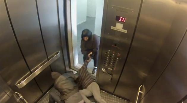 pegadinha, vídeo, humor, A porta do elevador se abre e um homem está sendo morto na sua frente. O que você faria?, eu adoro morar na internet