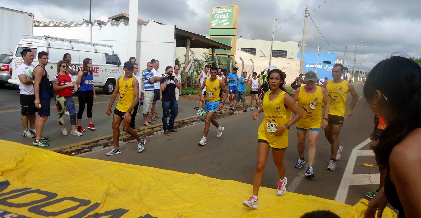 Foto 158 da 1ª Corrida Av. dos Coqueiros em Barretos-SP 14/04/2013 – Atletas cruzando a linha de chegada