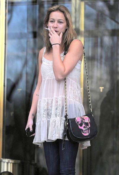 Taylor Swift Smoking Cigarettes Smokes capri cigarettes