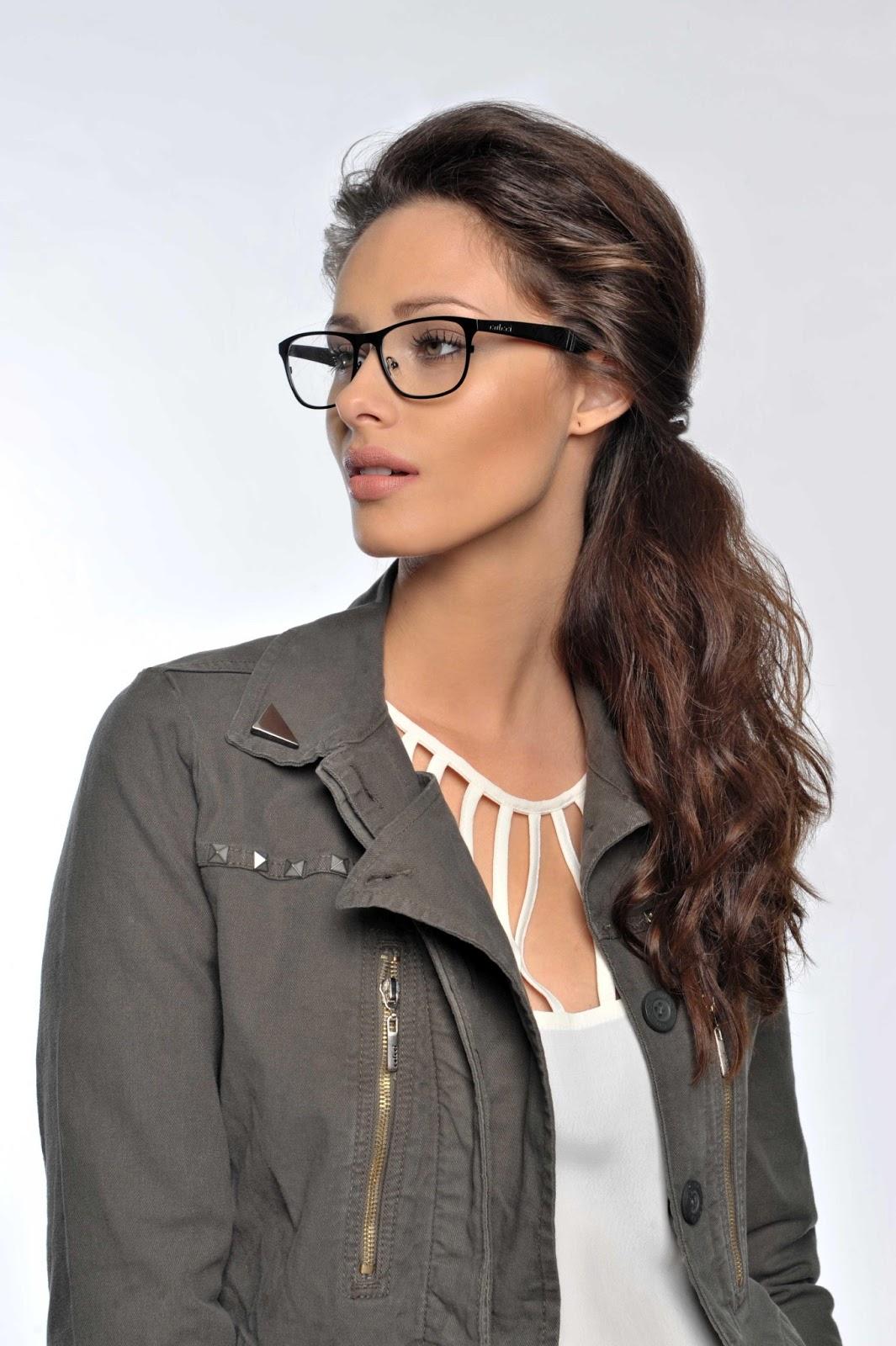 O figurino é composto por peças da coleção de inverno 2013 da marca Colcci  e pelos principais modelos de óculos da linha, que se destacam no estilo  Retrô, ... f74676fde4