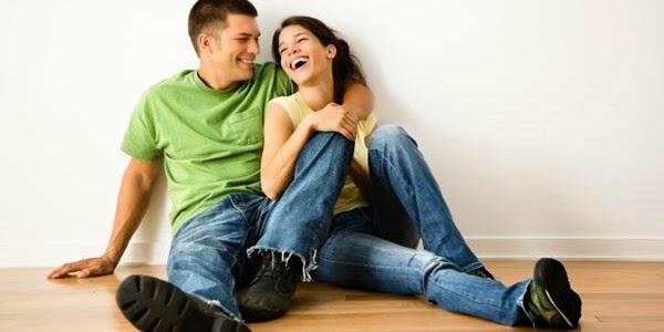 happy-couple-laughing-man-woman-لماذا تعشق وتحب المرأة الرجل المرح - رجل امرأة يضحكون سعداء