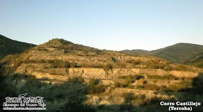 El abancalado Cerro Castillejo, frente a Terroba.