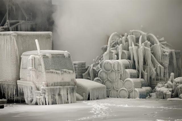 Пожарные тушили склады в Чикаго при минусовой температуре, в результате чего все вокруг превратилось в ледяные скульптуры