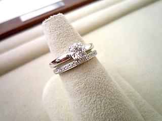 オーダーしたエンゲージリング(婚約指輪)とマリッジリング(結婚指輪)の重ね付け。