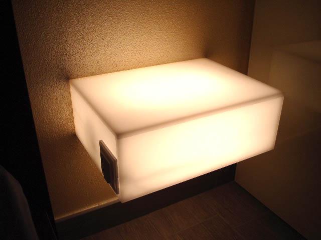 mensola o comodino luminoso in plex bianco