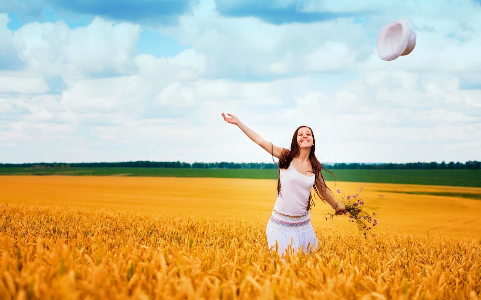 прекрасная девушка в поле, здравствуй мир
