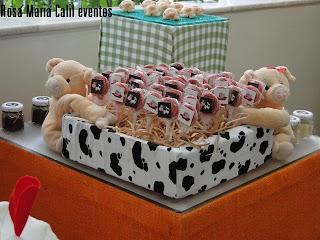 caixas forradas com tecido estampa vaca e xadrez branco e verde, bichos pelúcia, pirulitos personalizados