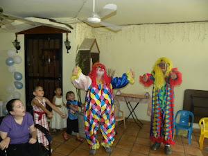 Bailando chuchuwa con MaAna y yaya de payasos