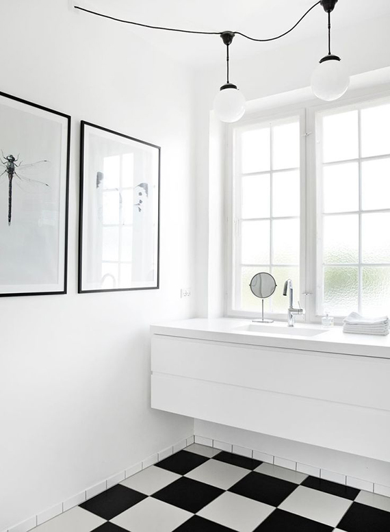 White bathrooms with b&w patterned floors | Image by Kira Brandt