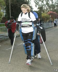 Mulher paralisada com Calças robótica completa um terço de maratona