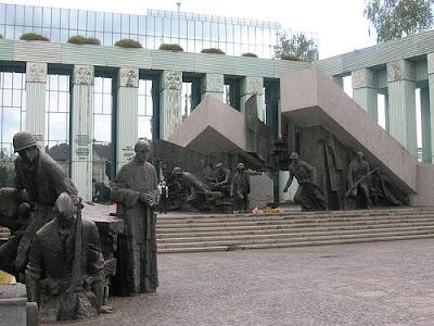 """Escultura que homenagea """"El Alzamiento de Varsovia de 1944"""""""