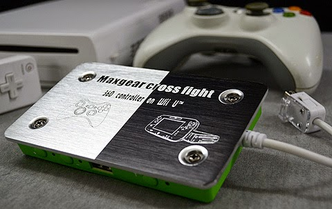 "Image of a Maxgear cross fight, adapter ""360 controller on Wii U"". Metal plate with green plastic box underneath, with a Wii remote connector, next to a Wii U, Wii remote and Xbox 360 joypad."