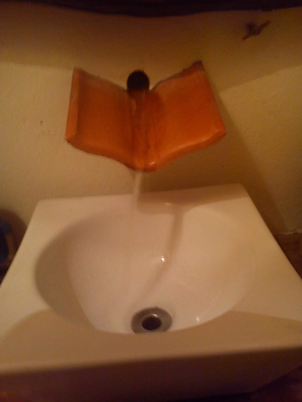Olha que charme a torneira é uma telha. #B0480C 1200x1600 Armario Banheiro Rustico