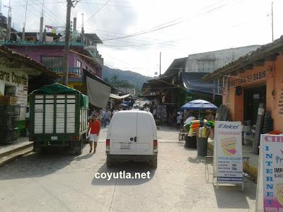Comerciantes en la calle Independencia de Coyutla, Ver.