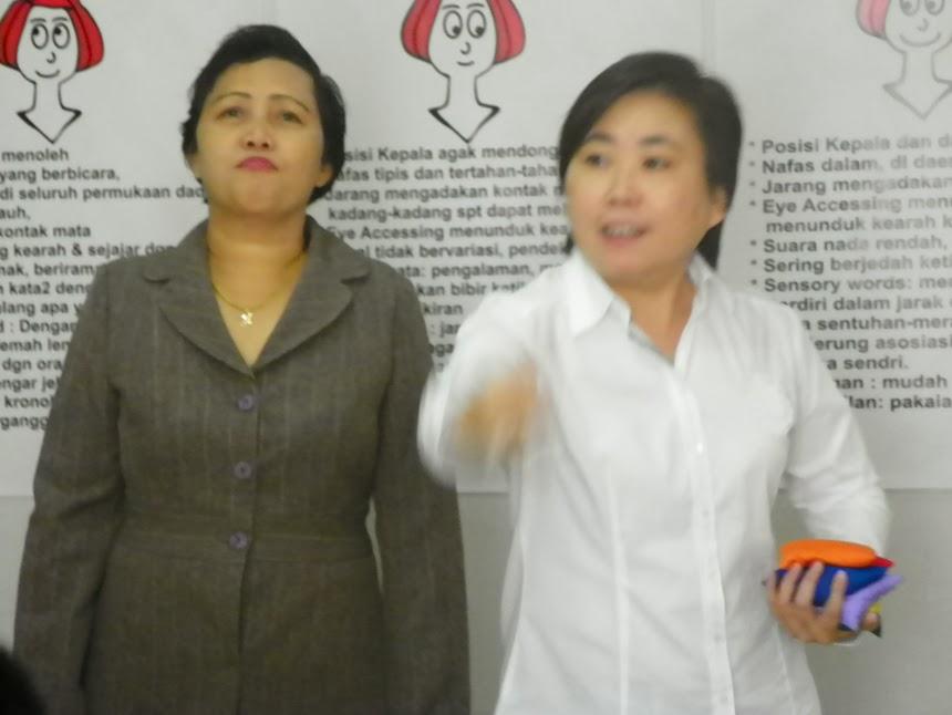 Ibu Henny Yang Memprovokasi Teman Temannya Agar Menjadi Nlp Practitioner Dalam Memberikan Presentasi Jelas Dan Rinci Santai Namun Disiplin