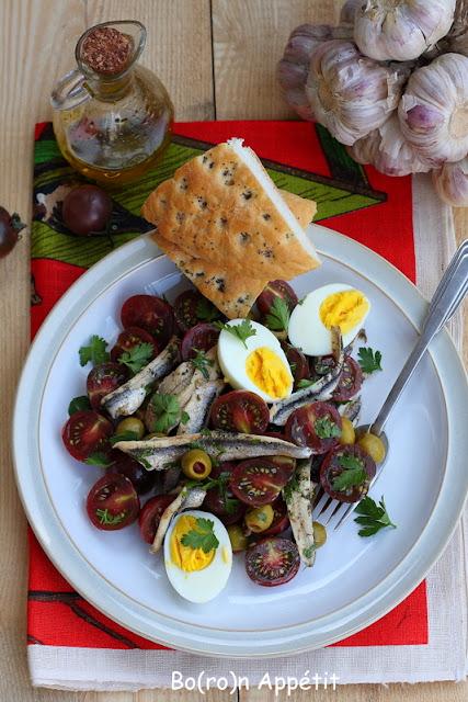 sałatka hiszpańska z anchois i jajkiem