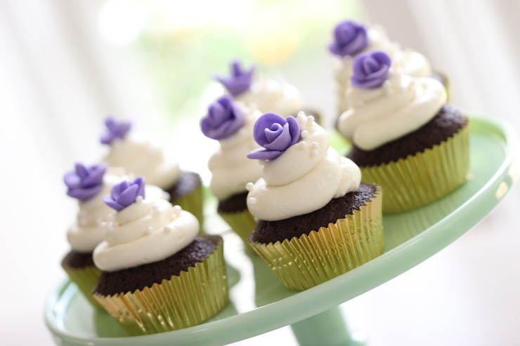 Chocolate Cupcakes With Easy Fondant Roses Recipe -> http://goo.gl/x8pzdN