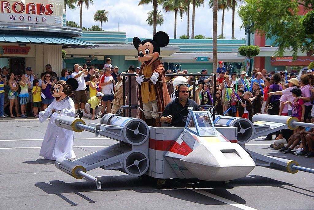 Mickey Mouse arriba de un X-Wing