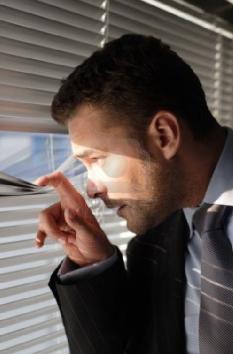تعرفي علي الأسرار التي يخفيها عنك الرجل - رجل ينظر من عبر النافذة - handsome-secret-man-looking-through-window-blinds