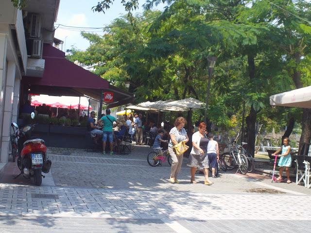 Διαγωνισμό κάνουν οι καφετέριες για το ποια θα καταλάβει μεγαλύτερο μέρος του πεζόδρομου