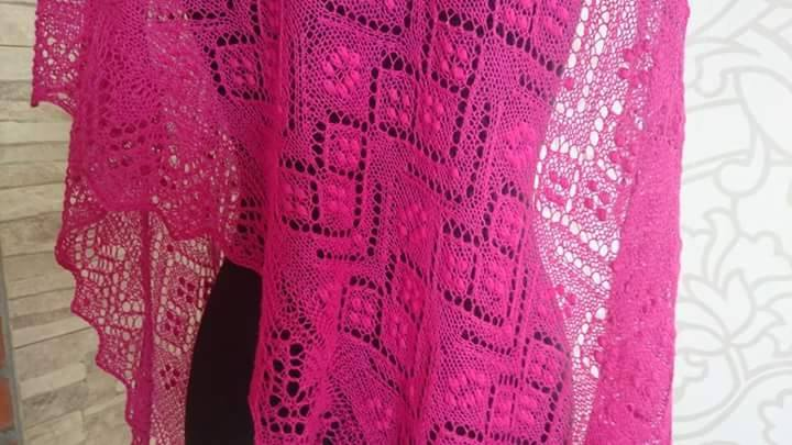 DEZE FUCHSIA Haapsalu shawl kan besteld worden.
