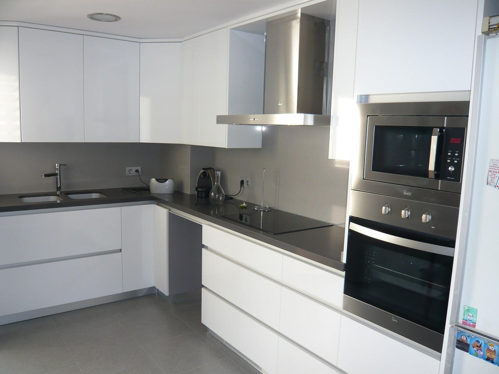 Reuscuina muebles de cocina sin tiradores con vidriera decorativa y mesa auxiliar - Cocina sin tiradores ...