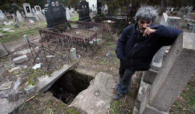 tinggal di dalam kuburan