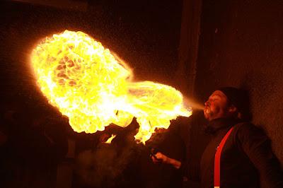 cirque feu jonglerie spectacle rue Cirque Boules Balles Nandy Seine et Marne