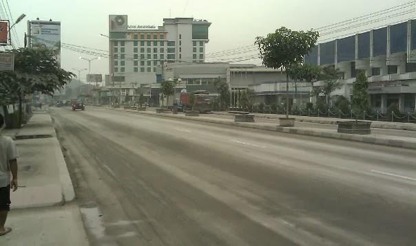 Hujan Abu di depan Karoseri New Armada