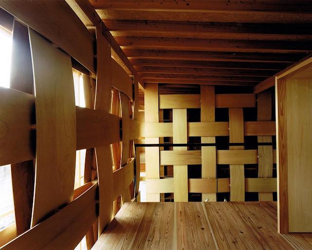 Wood block house un muro tejido en madera espacios en madera - Muro de madera ...