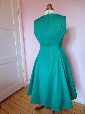 StinaP klänning smaragdgrön ull båtringning