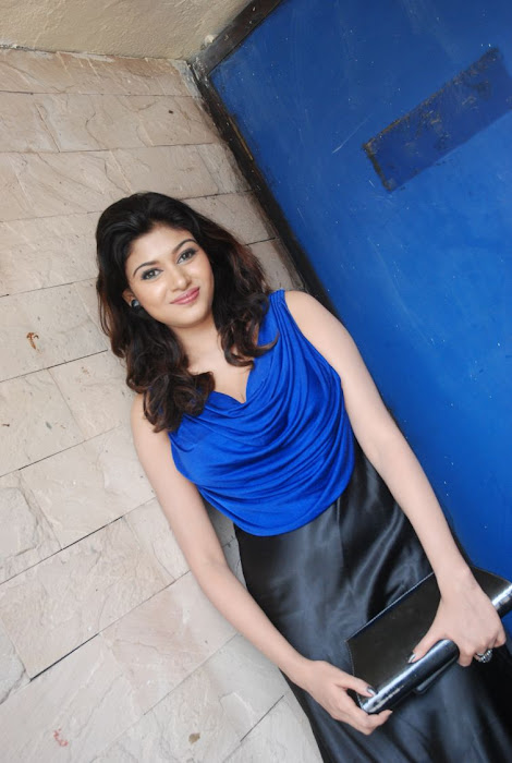 oviya spicy in blue dress for azhagan azhagi audio launch cute stills